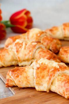 Helpot juustosarvet saavat makua kermaviilistä ja reilusta määrästä juustoraastetta. Ne on nopea leipoa vaikka iltapalaksi! Kurkkaa ohje! #leivonta #leivonnaisia #juustosarvet Dairy, Cheese, Food, Essen, Meals, Yemek, Eten