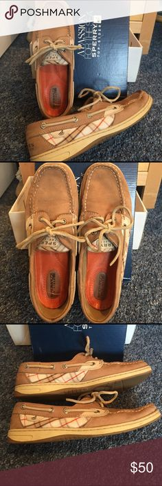 Sperry Top-Sider boat shoes These Sperry boat shoes are super comfy and are in great condition. The color combination is so stylish and will look great on. There are some signs of wear, with a few marks (not very noticeable unless you zoom in) Sperry Top-Sider Shoes Flats & Loafers