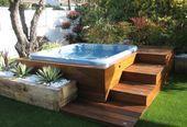 Jacuzzi-ideeën buiten op een houten terras met traptreden in de achtertuin. #Jacuzzi #poo ......