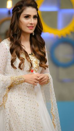 Fashion Tips For Women Body Shapes Elegant Pakistani Hot Girls Pics Pakistani Formal Dresses, Pakistani Party Wear, Pakistani Wedding Outfits, Pakistani Dress Design, Indian Dresses, Indian Outfits, Stylish Dresses, Fashion Dresses, Pakistani Actress