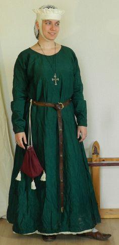 Hochmittelalter Untergewand aus dunkelgrüner Seide, komplett mit Nessel gefüttert. Alle sichtbaren Nähte sind mit grünem Leinengarn handgenäht.