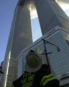 FDNY Assistant Chief GERARD A. BARBARA looks up at the burning towers of the World Trade Center on September 11 2001 in New York City. Moments later he would go in never to return. (Photo by David Handschuh) World Trade Center, Trade Centre, We Will Never Forget, Lest We Forget, 11 September 2001, Illuminati, World History, Belle Photo, American History