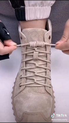 Ways To Lace Shoes, How To Tie Shoes, Lace Up Shoes, Diy Clothes Life Hacks, Diy Clothes And Shoes, Clothing Hacks, Diy Fashion Hacks, Fashion Tips, Tie Shoelaces