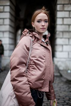 London Fashion Week Street Style They Are Wearing Fashion News, Girl Fashion, Womens Fashion, Fashion Design, Puffer Jackets, Puffer Coats, Look Cool, Sport Outfits, Autumn Winter Fashion