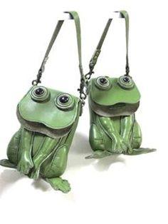 Atelier Iwa Kiri Fun handmade   Iwakiri ;    green leather frog mobile accessory case