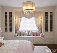 如果在装修初期就想好了要利用飘窗做成一个沙发,那么可以同时改造飘窗旁边的墙面。用粉色装饰飘窗,搭配温馨的墙灯,飘窗会充满柔情。飘窗旁边的墙面可以改造成入墙式的收纳柜,一边放书本,另一边可以展示你各式各样的收藏。