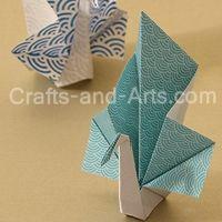 Peacock Origami - elegant peacocks made with a few folds! http://littlemisscraft.com/Peacock_Origami-92_1