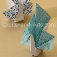 Peacock Origami - elegant peacocks made with a few folds! http://littlemisscraft.com/Peacock_Origami-92_1