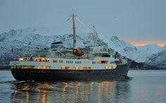 MS Lofoten pyntet til jul seiler på sør fra Sortland. foto: Trond Gansmoe Johnsen.