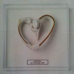 2 gebroken oortjes van een theekopje tegen elkaar, zodat ze een hartje vormen! Leuk om op te hangen. Gezien in VTwonen tijdschrift.