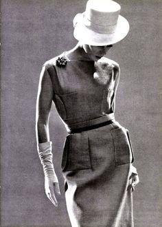 Carven   http://sergiozeiger.tumblr.com/post/96258470658  Marie-Louise Carven Grog - também conhecida pelo seu nome de nascimento de Carmen Tommaso , foi uma estilista francesa nascida em 31 de agosto de 1909 em Poitiers , fundadora da Casa de Carven , casada com Philippe Mallet (irmão Robert Mallet-Stevens ) e Rene Grog (1896-1981) industrial suíço.