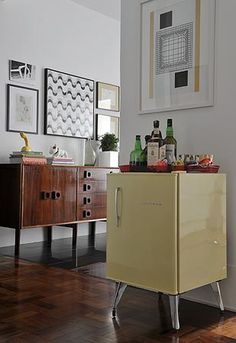 Conexão Décor Frigobar na decoração, apoio do bar na sala. http://conexaodecor.com/2017/05/frigobar-na-decoracao/