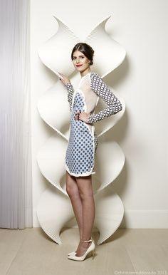 Mariana Cassou, co-founder e buyer do e-commerce Gallerist, usa vestido azul Stella McCartnet e scarpin branco em matéria da Harper's Bazaar Brasil.