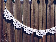 I've been dreaming up a white, doily-ish, scalloped garland for a while now. When I came up with the dahlia doily pattern, I realized that it would work perfectly as a garland!So basically, e… Crochet Bunting, Crochet Garland, Crochet Doilies, Doily Patterns, Crochet Patterns, Crochet Ideas, Free Crochet, Knit Crochet, Bunting Garland