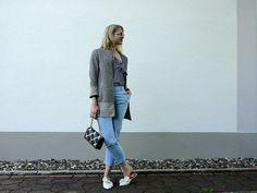 pattern mix, mustermix, long blazer, blue pants, white slippers, gingham shirt, one shoulder shirt, style, fashion, mode, fashionblogger, modeblogger, fashion inspiration