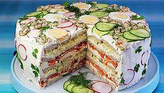 Rezept: Festliche Sandwichtorte mit Lachs und Frischkäse This neatly layered sandwich cake has it all – a hearty filling of salmon, cream cheese and vegetables. Brunch Buffet, Party Buffet, Sandwich Torte, Sandwich Fillings, Swedish Recipes, Snacks Für Party, Wrap Sandwiches, High Tea, Finger Foods