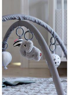 Wunderschöner Spielbogen: Done by Deer Activity Spieldecke in Monochrome Grau. Erhältlich bei www.kleinefabriek.com.