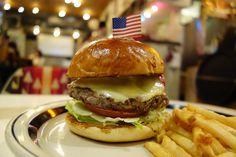 サンドライトマトオリーブモッツァレラのラムバーガーラムパティとサンドライトマトブラックオリーブモッツァレラチーズのイタリアンな食材の組み合わせオレガノの香りもいい感じです #meallog #food #foodporn #burger #burger_jp #ハンバーガー # #tw