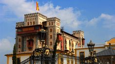 Wonderful overnight stays at the themed hotel Castillo Alcazar. Book your next family holiday now and experience the unique atmosphere of this medieval castle. Unique Hotels, Beautiful Hotels, Das Hotel, Medieval Castle, New Adventures, Amusement Park, Hotels And Resorts, Places To See, Vacation
