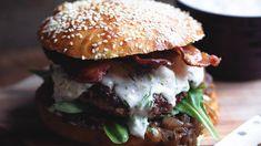 Blue cheese burger med bacon, karamellisert løk og briochebrød – Ida Gran-Jansen Blue Cheese Burgers, Hamburger, Bacon, Pizza, Chicken, Ethnic Recipes, Food, Hamburgers, Burgers