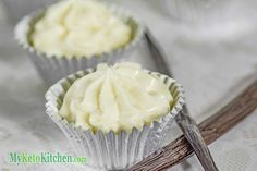 These Delicious Vanilla Cheesecake Fat Bombs for a quick shot of energy, high on taste low on carbs, Delicious keto snack that's easy to make Low Carb Sweets, Low Carb Desserts, Atkins Desserts, Mini Desserts, Cream Cheeses, Cream Recipes, Keto Recipes, Dessert Recipes, Healthy Recipes