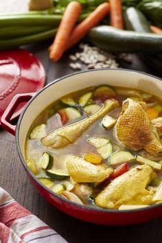 Minestrone de poulet Ingrédients pour 5 1 barquette de fricassée de poulet St SEVER 1 carotte des Landes 2 gousses d'ail de Lomagne 1 oignon rouge de Toulouges 2 tomates de Marmande 1 courgette 1 branche de céleri 200 g de petits penne 5 branches de persil 8 feuilles de basilic 200 g de haricots de Tarbes 2 filets d'huile d'olive Sel et poivre du moulin 1 bouillon cube 1,5 L d'eau Découvrez notre version revisitée de la minestrone ! Thai Red Curry, Onion, Soups, Garlic, Stuffed Peppers, Cooking, Ethnic Recipes, Food, Meat