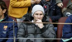 GRA214. BARCELONA, 23/11/2013.- El delantero argentino del Barcelona Leo Messi sigue desde la grada el partido de su equipo ante el Granada,...