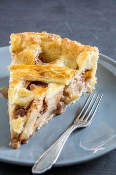 Ein Stück warme American Apple Pie mit viel Zimt und knuspriger Pie Crust lässt an jedem trüben Herbsttag die Sonne aufgehen. Am besten schmeckt die Apple Pie mit saftig-säuerlichen Äpfeln der neuen Ernte im Herbst. American Apple Pie, Desserts, Food, Healthy Apple Cake, Best Apple Pie, Pies, Cake Baking, Tailgate Desserts, Deserts