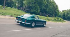 """Obwohl er aerodynamisch nicht an die Version mit langer """"Nase"""" heranreichte, war der ursprüngliche Ferrari 275 GTB """"Short Nose""""das ohne Zweifel hübschere Auto. Die fließend geformte Pininfarina-Karosserie, der breite Wabengrill und die vier seitlichen Kiemen erinnerten an einen großen tropischen Fisch. Das Design gab sich sinnlich und puristisch, frei von überflüssigem Ballast und Firlefanz."""