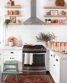 Copper Accents Add Homespun Glamour to This Charming Kitchen Kitchen Decoration copper kitchen decor Copper Kitchen Accents, Copper Kitchen Decor, Home Decor Kitchen, New Kitchen, Kitchen Interior, Home Kitchens, Copper Accents, Kitchen Ideas, Home Decor Copper