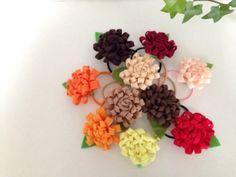 色とりどりのお花のヘアゴム。 カラフルなお花でも、フェルト素材ならやさしい雰囲気になりますね。