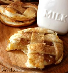 How cute: Apple Pie Cookies. Warm, gooey bits of crust and filling baked into adorable and delicious little cookies! Apple Recipes, Sweet Recipes, Cookie Recipes, Dessert Recipes, Apple Pie Cookies, Cookie Pie, Apple Pies, Mini Apple, Shortbread Cookies