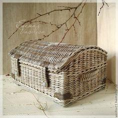 Newspaper Basket, Newspaper Crafts, Willow Weaving, Basket Weaving, Baskets On Wall, Wicker Baskets, Paper Furniture, Cardboard Paper, Weaving Art