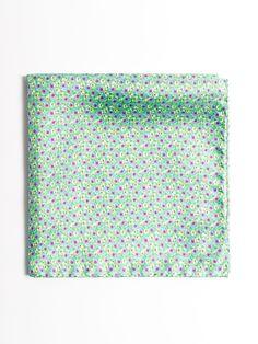 SOLOiO  Pañuelo de bolsillo verde confeccionado en seda italiana con estampado floral www.soloio.com  #shoponline #SOLOiO #menaccesories #pocketsquare #seda #silk #italiansilk #seta #print #dapperaccesories #dapperman #dappermen #dandyaccesories #bespoke #bespokeaccesories #pañuelodebolsillo #floralprint #floral #flower #green #blue #red #fazzoletto