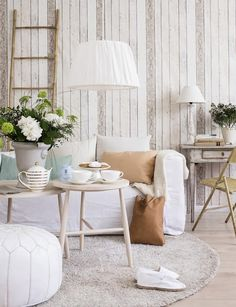 Un precioso salón blanco de verano.