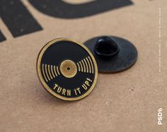 Turn It Up  Broche émail vinyle par PSDesignCo sur Etsy