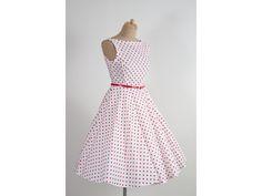 SUSAN retro šaty bílé s červeným puntíkem. lodičkový výstřih knoflíčky na zadní straně kolová sukně pásek s ozdobnou sponou délka sukně 60 cm, zip na boku