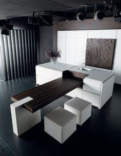 Einbauküche mit weißen Sitzmöbeln