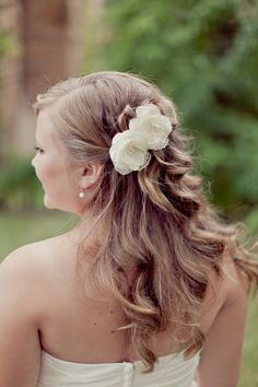 Sweet and lovely hairstyle ~ Photography by ivy-weddings.com