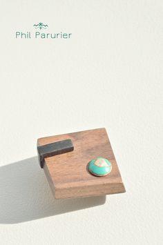 broche en palissandre, ébène, et clou bronze.  industrial spirit, vintage. wooden brooch, ébony,  bronze nail philparurier  contemporary jewelery