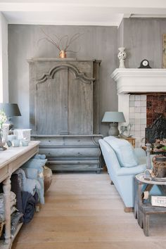 Arte di Vita chalk paint on the wall, 'Doloriet', and the beautiful cupboard by Hoffz Interior. www.capanni.eu