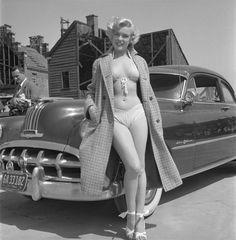 Marilyn Monroe posant devant une Pontiac de 1952 #mode #look #style #50s #fashion #icons #marilyn #marilynmonroe