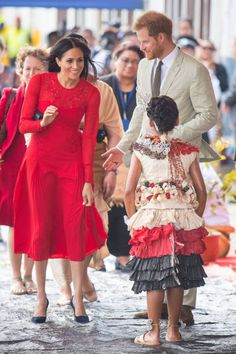 Prince Harry, Duke of Sussex and Meghan, Duchess of Sussex arrive at Fua'amotu Airport on October 2018 in Nuku'Alofa, Tonga. The Duke and Duchess of Sussex are on their official Autumn. Prince Harry Et Meghan, Meghan Markle Prince Harry, Princess Meghan, Meghan Markle Photos, Meghan Markle Style, Jackie Kennedy, Tonga, Celebrity Couples, Celebrity Style