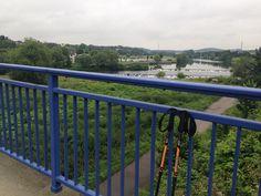 Wanderstöcke auf Brücke am Ruhrtalradweg in Hattingen, NRW, Deutschland