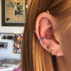 Oreja de chica con más de un piercing. earrings for the ears. types of earrings for the ears. Piercings for the ears. Ear Piercings Industrial, Cool Ear Piercings, Body Piercings, Piercing Tattoo, Industrial Piercing Barbells, Tongue Piercings, Industrial Barbell, Ear Jewelry, Body Jewelry