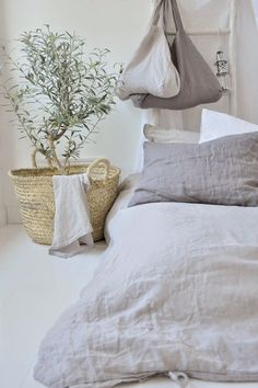 Cream bedroom | Image via mondaytosundayhome.blogspot.com.es
