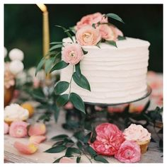 """""""Delightful single tire cakes, teamed with a cupcake parlour make for one beautiful desert setting... Especially styled back with beautiful blooms and…"""" https://www.instagram.com/p/5hM5Palmce/"""