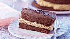 Lakridscremen er et overraskende element i denne lækre chokoladekage - få… Danish Dessert, Danish Food, Delicious Cake Recipes, Yummy Cakes, Mini Cakes, Cupcake Cakes, Cake Toppings, Love Cake, Cake Cookies