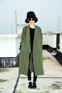 Willy Wonka outfit - Persimmon oversize coat with all black skinny jeans, sunglasses and cap (street style) Asian Street Style, Looks Street Style, Asian Style, Asian Fashion, Look Fashion, Korea Street Fashion, Fashion Beauty, Fashion Outfits, Mode Style