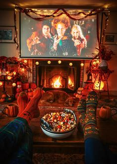 Easy Halloween Decorations, Halloween Home Decor, Vintage Halloween, Halloween Outside, Halloween Decorations Apartment, Halloween Fireplace, Outdoor Halloween, Halloween Movie Night, Halloween Season